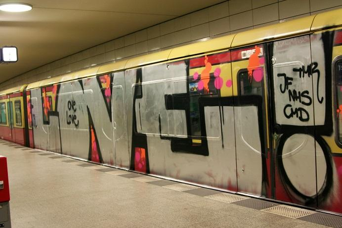 Full_train_graffiti_-_Anhalter_Bahnhof